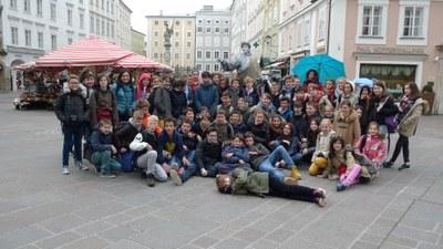 groupe +á Salzburg Alter Markt devant un mime