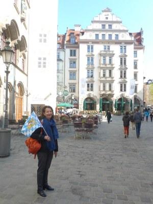 Mme Deschard avec le drapeau bavarois pour rassembler le groupe, non loin de la Hofbr+ñuhaus